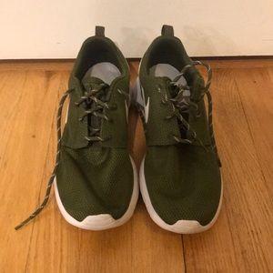 Nike Women's Forest Green Roshe Sneakers